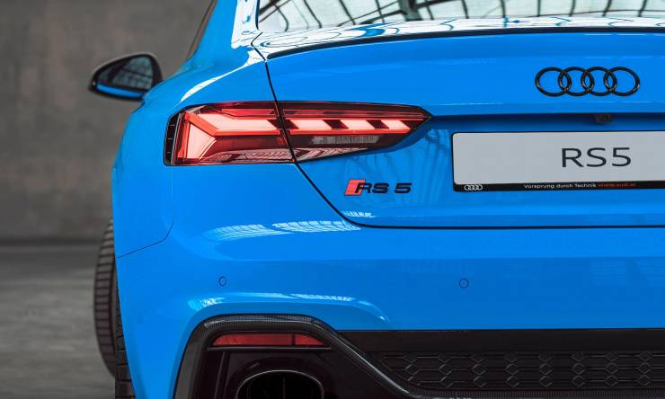 audi-rs-5-coupe-blau-heck